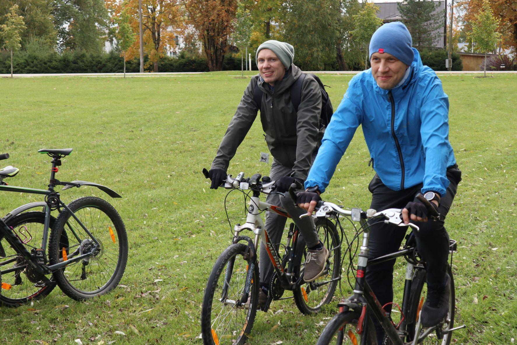 """Eesti vanasõna ütleb, et """"Ei kandjal puudu maad ega sõudjal vett"""". Rattamatkajate kohta võib siis võrdlusena lisada, … ja rattamatkajal kilomeetreid."""